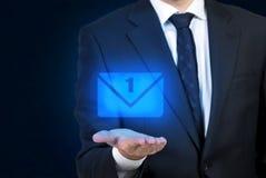 Hombre de negocios que sostiene el email Foto de archivo libre de regalías