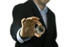 Hombre de negocios que sostiene el globo cristalino fotografía de archivo