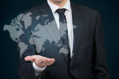 Hombre de negocios que sostiene el mapa del mundo Fotos de archivo