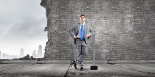 Hombre de negocios que sostiene el martillo Fotos de archivo
