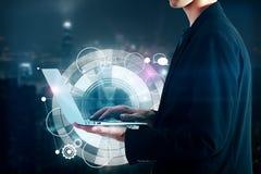 Hombre de negocios que sostiene el ordenador portátil con el modelo digital imágenes de archivo libres de regalías