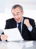 Hombre de negocios que sostiene el papel Fotografía de archivo libre de regalías