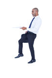 Hombre de negocios que sostiene el papel y la maleta Fotografía de archivo libre de regalías