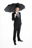 Hombre de negocios que sostiene el paraguas imágenes de archivo libres de regalías
