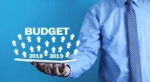 Hombre de negocios que sostiene el presupuesto 2018 - 2019 Concepto del asunto Fotografía de archivo