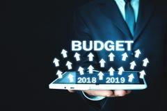 Hombre de negocios que sostiene el presupuesto 2018 - 2019 Concepto del asunto Foto de archivo