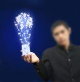 Hombre de negocios que sostiene el rectángulo de la bombilla Imagen de archivo libre de regalías