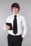 Hombre de negocios que sostiene el teléfono elegante SMI hermoso confiado del estudiante Fotos de archivo libres de regalías