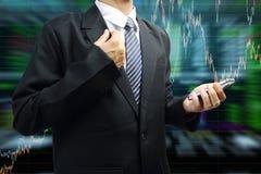 Hombre de negocios que sostiene el teléfono móvil con el gráfico del mercado de acción stock de ilustración
