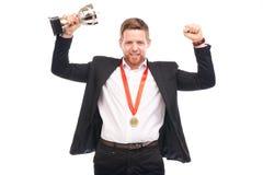 Hombre de negocios que sostiene el trofeo imágenes de archivo libres de regalías