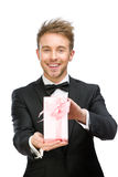 Hombre de negocios que sostiene la actual caja rosada foto de archivo