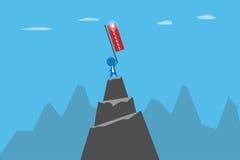 Hombre de negocios que sostiene la bandera del éxito en el top del concepto de la montaña, del éxito y del negocio Foto de archivo libre de regalías