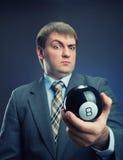 Hombre de negocios que sostiene la bola mágica en su mano fotos de archivo