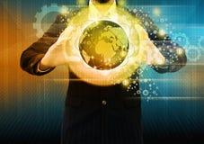 Hombre de negocios que sostiene la bola que brilla intensamente Imagen de archivo libre de regalías