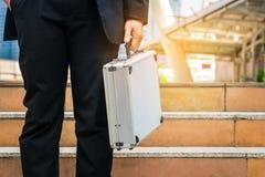 Hombre de negocios que sostiene la cartera metálica fotografía de archivo