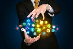 Hombre de negocios que sostiene la nube del icono del app Fotos de archivo libres de regalías