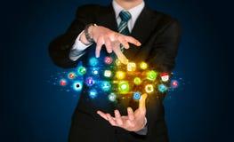 Hombre de negocios que sostiene la nube del icono del app Imagen de archivo libre de regalías