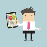 Hombre de negocios que sostiene la tableta con el mapa de la navegación Imagenes de archivo