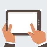 Hombre de negocios que sostiene la tableta con el SCR en blanco Imágenes de archivo libres de regalías