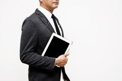 Hombre de negocios que sostiene la tableta del ordenador Fotografía de archivo