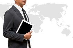 Hombre de negocios que sostiene la tableta del ordenador con el mapa del mundo Fotografía de archivo