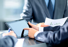 Hombre de negocios que sostiene la tableta digital Imagen de archivo