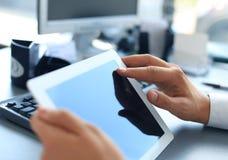 Hombre de negocios que sostiene la tableta digital Imagen de archivo libre de regalías