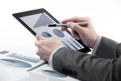 Hombre de negocios que sostiene la tableta digital Imágenes de archivo libres de regalías