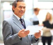 Hombre de negocios que sostiene la tablilla digital Imagen de archivo