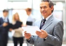 Hombre de negocios que sostiene la tablilla digital Fotos de archivo libres de regalías