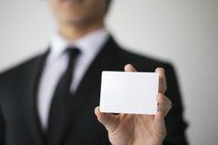 Hombre de negocios que sostiene la tarjeta Imágenes de archivo libres de regalías