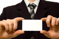 Hombre de negocios que sostiene la tarjeta de visita en blanco Imagen de archivo