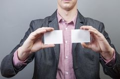 Hombre de negocios que sostiene la tarjeta en blanco Fotos de archivo