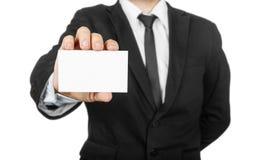 Hombre de negocios que sostiene la tarjeta en blanco de la visita Imagenes de archivo