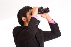 Hombre de negocios que sostiene los prismáticos foto de archivo libre de regalías