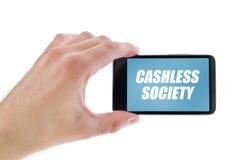 Hombre de negocios que sostiene smartphone con título Cashless de la sociedad imagenes de archivo
