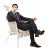 Hombre de negocios que sostiene un cigarro imagenes de archivo