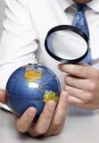 Hombre de negocios que sostiene un globo Imagenes de archivo