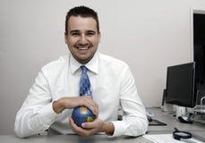 Hombre de negocios que sostiene un globo Foto de archivo libre de regalías