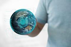 Hombre de negocios que sostiene un globo con los conectores Imágenes de archivo libres de regalías