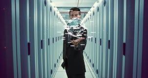 Hombre de negocios que sostiene un globo digital 4k metrajes