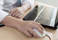 Hombre de negocios que sostiene un ratón del ordenador Foto de archivo libre de regalías