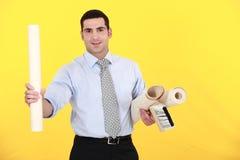 Hombre de negocios que sostiene un rodillo Foto de archivo