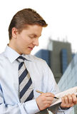 Hombre de negocios que sostiene un sujetapapeles Imagen de archivo