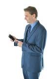 Hombre de negocios que sostiene un teléfono elegante foto de archivo libre de regalías