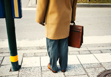 Hombre de negocios que sostiene una cartera Imagen de archivo libre de regalías