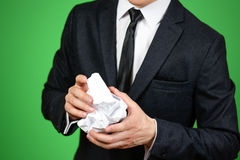 Hombre de negocios que sostiene una hoja arrugada del papel A4 Cierre para arriba Aislador Imagen de archivo