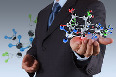 Hombre de negocios que sostiene una molécula Fotos de archivo
