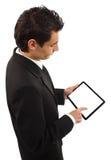 Hombre de negocios que sostiene una PC del touchpad Foto de archivo libre de regalías