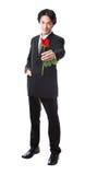 Hombre de negocios que sostiene una rosa roja, 40 años atractivos del hombre del asion Imagen de archivo libre de regalías
